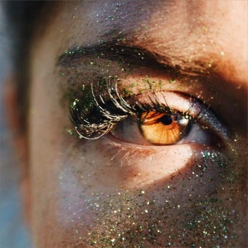 Occhi marroni-poesie ricamate a mano